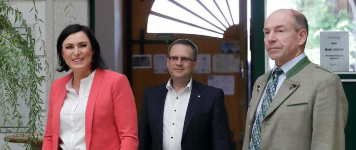 V. l.: Landwirtschaftsministerin Elisabeth Köstinger, Obmann-Stellvertreter August Wöginger und Agrar-Landesrat Max Hiegelsberger bei der Präsentation des Entlastungs- und Investitionspakets für die Land- und Forstwirtschaft.
