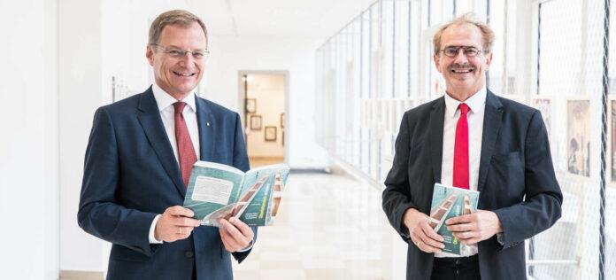 Landeshauptmann Thomas Stelzer (li.) und Buchautor Josef Leitner
