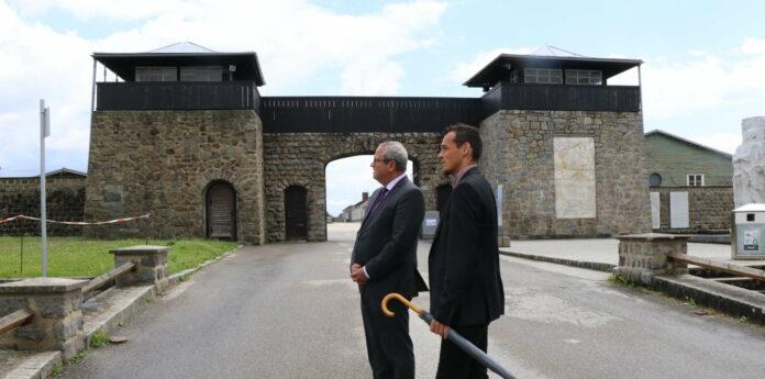 LT-Präsident Wolfgang Stanek beim Besuch im KZ Mauthausen, begleitet von Guide Bernhard Mühleder.