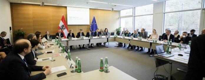 Ihre erste Klausur absolvierte die neue türkis-grüne Bundesregierung Ende Jänner heurigen Jahres in Krems — noch unter Bedingungen, die nicht von den Corona-Maßnahmen vorgegeben wurden. Heute und morgen tagt die Regierung in Wien im Bundeskanzleranmt.