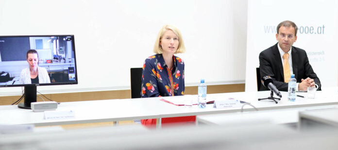 Stellten gestern das neue Fernstudium vor (v. r.): PH OÖ-Rektor Walter Vogel, Bildungsreferentin LH-Stv. Christine Haberlander und aus dem Ministerium in Wien zugeschaltet war Sektionschefin Iris Rauskala.
