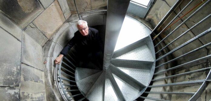 Dombaumeister Wolfgang Schaffer beim Erklimmen der insgesamt 633 Stufen der neu errichteten Stahlstiege im Inneren des Turms.