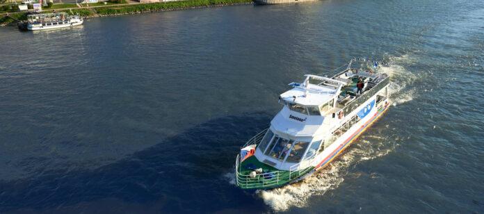 """Am Dienstag geht die """"Smetana"""" auf große Reise — aber nicht am Wasser, sondern an Land."""