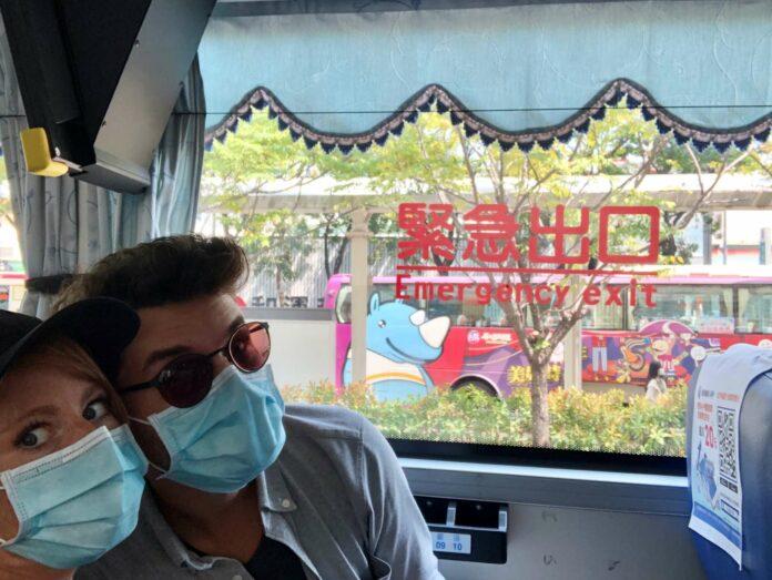 Ohne Maske geht in Taiwan nichts: Claudia Commenda mit Freund Alexander