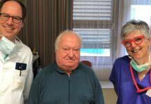 Freuen sich über den gelungenen Eingriff (v. l.): Primar Steinwender, Patient Stumptner und Daniela Tomaschofsky, Medizinisch-technische Fachkraft