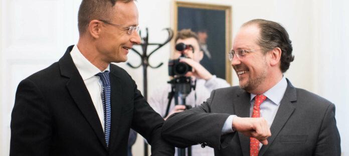 Österreichs Außenminister Alexander Schallenberg (r.) gestern mit seinem ungarischen Amtskollegen Peter Szijjarto