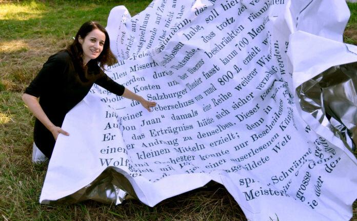 """Die Künstlerin Esther Stocker mit ihrer """"Dreiteiligen Knitterskulptur für den Mönchsberg"""", die noch bis Ende des Jahres zu sehen ist."""