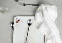 """""""Tischlein deck dich"""": Fotos zeigen in der Galerie der Kunstschaffenden die Reste einer Tafelgesellschaft"""