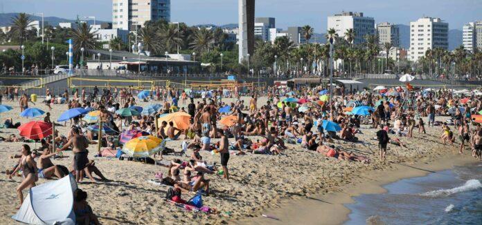 Die spanische Idylle wie hier am Strand von Barcelona trügt: Dem Land stehen wirtschaftlich harte Zeiten bevor.