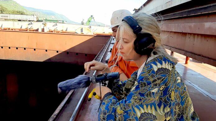 Künstlerin Christine Hinterkörner beim Einfangen der Geräuschkulisse auf dem tonnenschweren Kohlefrachter in Rijeka.