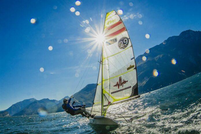Die 49er-Olympiastarter Benjamin Bildstein und David Hussl segeln auf eine EM-Premiere vor Traumkulisse mit Heimvorteil zu.