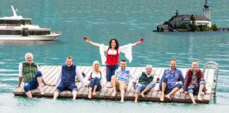Die Seer posieren in großer Vorfreude auf die Konzerte Anfang August vor dem Schloss Ort und erfrischen sich im Traunsee.