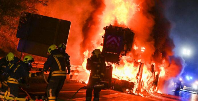 Eine riesige Feuersäule legte den Verkehr auf der Westautobahn lahm. Noch ist unklar, warum das Fahrzeug in Brand geraten war.