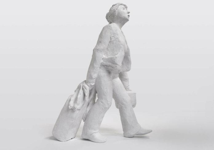 """Die Skulptur """"Reisende"""" macht auf die neuen, ungewohnten Beschwerden der Weltenbummler aufmerksam."""