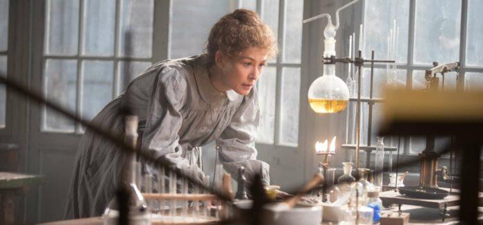 """Rosamund Pike schlüpft in """"Marie Curie — Elemente des Lebens"""" in die Rolle der polnischen Chemikerin und Physikerin, einer visionären Pionierin und zweifachen Nobelpreisträgerin."""