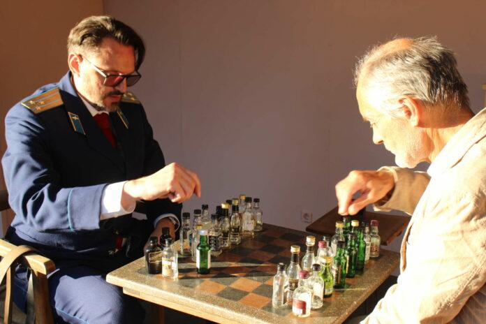 """""""Unser Mann in Havanna!"""" feiert am Donnerstag Premiere. Zu sehen ist u. a. ein gewagtes Schachspiel ..."""