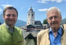 Bürgermeister Franz Eisl freut sich, dass Franz Rohrhofer die Leben des Heiligen Wolfgang in all seinen Facetten griffig aufbereitet hat.