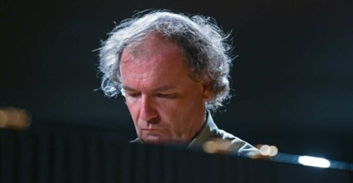 Mit vier Jahren spielte Stefan Mickisch am Klavier Beethoven.