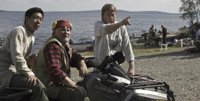"Mika Kaurismäki (r.) beim Dreh von ""Master Cheng in Pohjanjoki"" mit Pak Hon Chu und Kari Väänänen."