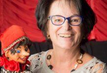 Ihre Rolle und der Kontakt mit den Kindern hält sie jung: Puppenspielerin Christa Koinig samt Kasperl.