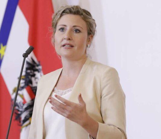 Integrationsministerin Susanne Raab nimmt nun die Parallelgesellschaften ins Visier, erster Schritt ist nach den Demo-Unruhen in Wien ein Gipfel mit türkischen und kurdischen Vereinen. Kommen wird auch eine Dokumentationsstelle für den politischen Islam.