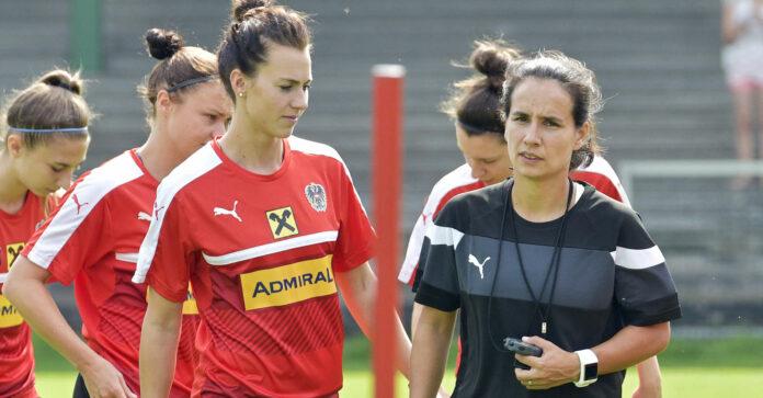 Irene Fuhrmann (r. mit Kapitänin Viktoria Schnaderbeck) könnte von der langjährigen Assistentin zur Cheftrainerin aufsteigen.