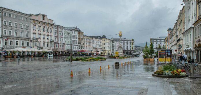 Weitgehend autofrei präsentiert sich der Linzer Hauptplatz seit Mittwoch. Nach dem missglückten Start könnte das Projekt allerdings bald schon wieder Geschichte sein.