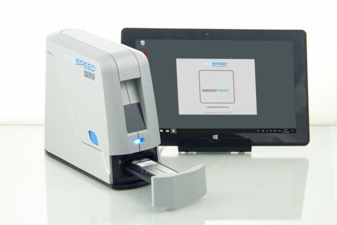 Das Analysegerät von Genspeed mit eingelegtem Testchip samt Tablet mit der vorinstallierten Software.