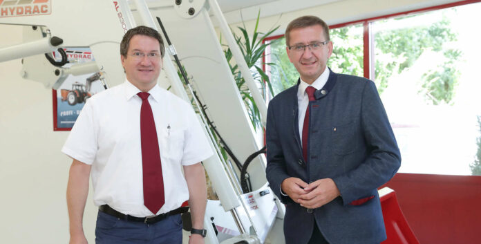 Durch den hohen Stellenwert der Forschung und Entwicklung gelang dem Unternehmen von Josef Pühringer (l.) der Aufstieg zu einem Technologieführer der Branche, erfuhr Wirtschafts-Landesrat Markus Achleitner (r.) beim Betriebsbesuch von Hydrac in Sierning.