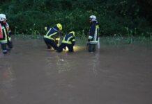 Knietief stand das Wasser nach den heftigen Regenfällen Sonntagabend auf der B115.