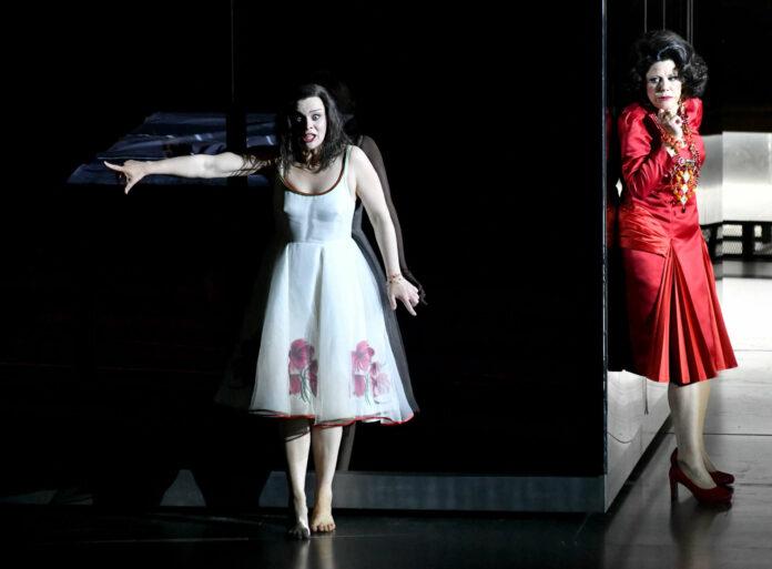 Ausrine Stundyte (Elektra) und Tanja Ariane Baumgartner (Klytämnestra)
