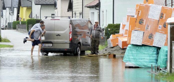 In Mattighofen breitete sich das Wasser auf einer Siedlungsstraße aus.