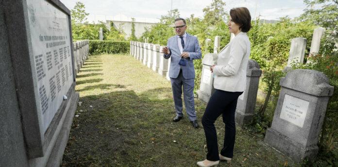 Mit dem Präsidenten der jüdischen Gemeinde in Graz, Elie Rosen, besuchte Ministerin Karoline Edtstadler am Freitag auch den jüdischen Friedhof in Graz. Rosen begrüßte die angekündigten Maßnahmen gegen den Antisemitismus, das jüdische Leben dürfe sich nicht in die Opferrolle drängen lassen.