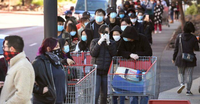 Vor Beginn der strengen Ausgangsbeschränkungen stürmten in Melbourne tausende Menschen die Geschäfte.