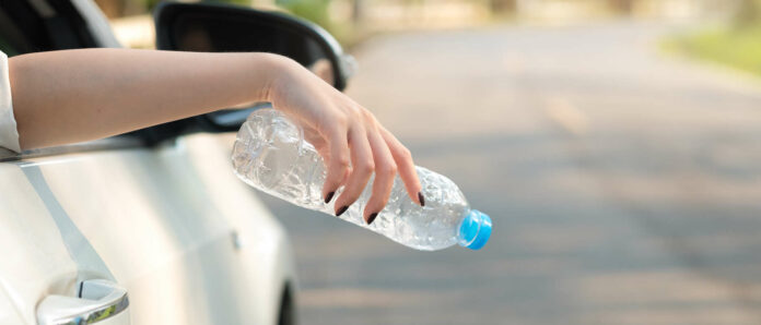 Für manche Autofahrer offenbar normal: Müllentsorgung durchs Autofenster. In Summe ergibt dies einen riesigen Müllberg.
