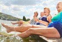 Planschen im Wasser macht in jedem Alter Freude. Ältere Personen sollten sich aber besonders gut vor der Hitze schützen.