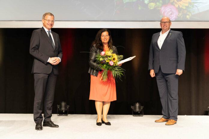 Der scheidenden Bezirksparteiobfrau Gabriele Lackner-Strauss dankten sowohl Landeshauptmann Thomas Stelzer als auch der neue BPO Bgm. Josef Naderer (r.).