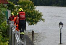 In Schärding haben die Feuerwehren den mobilen Hochwasserschutz aufgestellt — er hat den Wassermassen standgehalten.