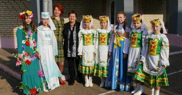 """Seit 25 Jahren organisiert die Niederösterreicherin Maria Hetzer (4.v.l) die Aktion """"Erholung für Kinder aus Belarus"""". Ein Mal pro Jahr macht sie auch einen Gegenbesuch bei den Familien und Kindern in Weißrussland."""