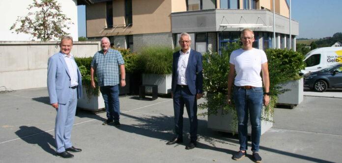 Hier wird schon bald gebaut, zeigen (v. l.) Bgm. Wolfgang Schirz, Werner Gruber (Pfarre), Bankchef Franz Erlinger und Musikvereins-Obmann Matthias Hagenauer