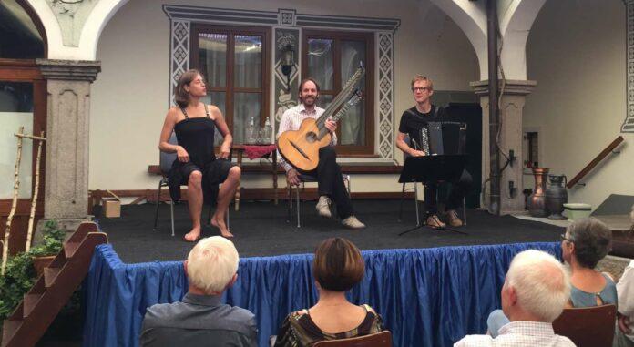 Das Trio Palmisano in entspannter Atmosphäre im Viertkanthof der Familie Hauer.