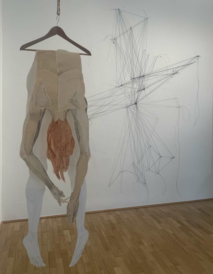 "Iris Christine Aue ""reaching for"", dahinter an der Wand: ""fields"" von Maria Hanl"