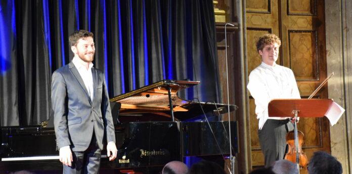 Insgesamt konnte das Duo mit seinem Sonatenzyklus durchaus überzeugen. Das Publikum forderte eine Zugabe.