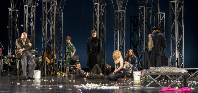 """Die Uraufführung """"Zdenek Adamecs"""" unter der Regie Friederike Hellers bei den Salzburger Festspielen war ein voller Erfolg."""