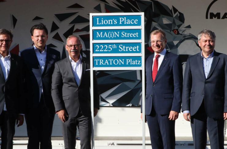 MAN und Traton: Am Werksgelände in Steyr auf Straßenschildern vereint, aktuell im Clinch über die gemeinsame Zukunft.