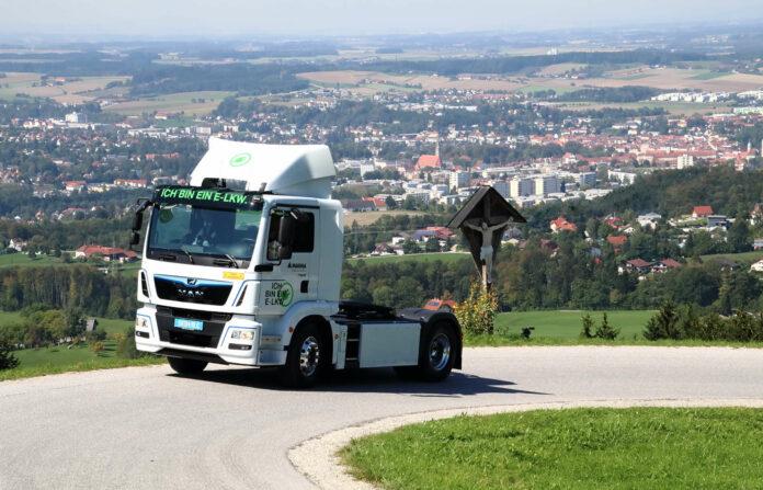 Die LKW-Produktion in Steyr hat sich seit den 20er Jahren (Bild oben) bis heute (links) stark gewandelt, nun könnten die Fertigungsstraßen im MAN-Werk bald endgültig stillstehen.