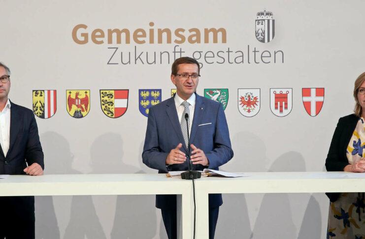 Staatssekretär Magnus Brunner, Oberösterreichs Wirtschaftslandesrat Markus Achleitner und Energieministerin Leonore Gewessler (von links) präsentierten den bundesweiten Schulterschluss in Sachen künftiger Energiepolitik.