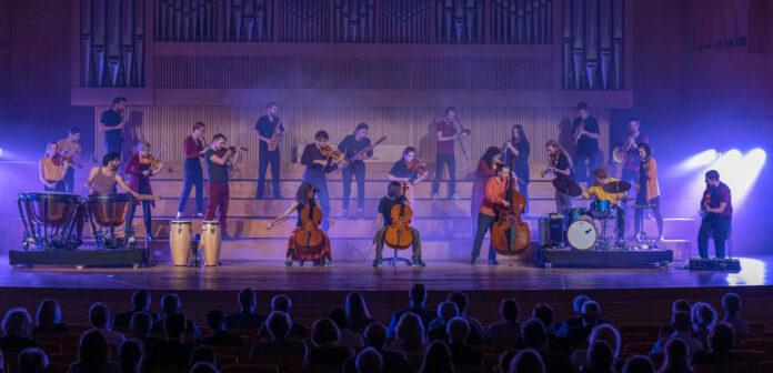 """Begeisterte das Publikum bei seinem ersten Auftritt in Linz: Das Berliner STEGREIF.orchester sorgte mit dem Programm """"#FREEBRAHMS"""" für besondere musikalische Momente."""