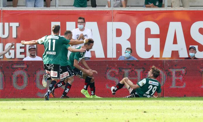 Valentin Grubeck (r.) wusste, was auf ihn zukommt — die gesamte Rieder Mannschaft stürzte sich auf den Siegtorschützen.