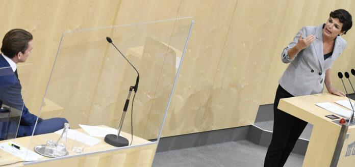 """Überschattet von der Debatte über die Corona-Gesetze fand am Montag eine Sondersitzung des Nationalrates statt. Es gehe darum, die Regierung """"wachzurütteln"""", erklärte dazu SPÖ-Chefin Pamela Rendi-Wagner und sie forderte Unterstützung für die von Arbeitslosigkeit Betroffenen. Bundeskanzler Sebastian Kurz (ÖVP) verwies hingegen auf die von der Regierung gesetzten Maßnahmen. Gleichzeitig betonte er, es gehe jetzt darum, die Ansteckungszahlen möglichst niedrig zu halten. Als """"entscheidendsten Schritt"""" zur Sicherung des Wirtschaftsstandortes bezeichnete Kurz das Vorziehen von Teilen der Steuerreform, darüber hinaus erinnerte er an die Einmalzahlung für Arbeitslose in Höhe von 450 Euro im September und den Kinderbonus von 360 Euro pro Kind."""